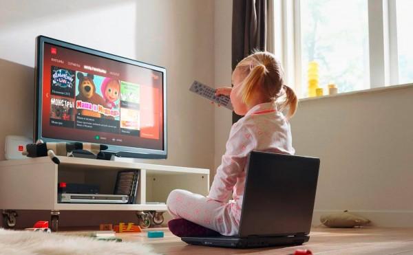 ребенок смотрит телевизор 2